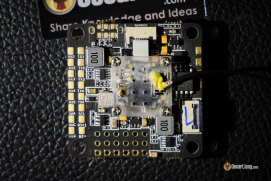 FrSky OMNINXT F7 полетный контроллер с установленным приемником