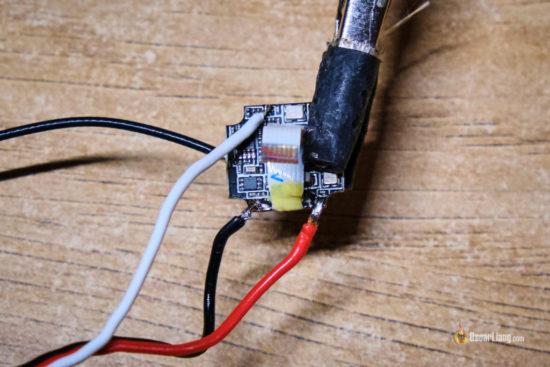 Приемник R9MM, подключенный проводами для прошивки