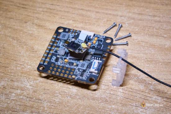 FrSky OMNINXT F7 полетный контроллер со снятым приемником